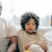 famiglia guarda netflix sul divano